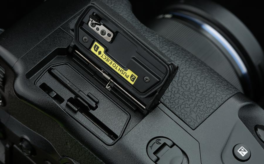 双SD卡槽,支持UHS-II制式